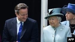 Королева Великобритании Елизавета II и премьер-министр Великобритании Дэвид Кэмерон на торжествах по случаю юбилея подписания Magna Carta