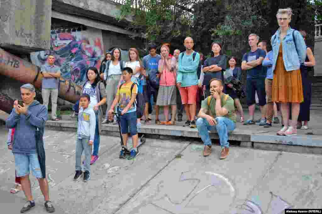 На этом фото люди, которые пришли на открытие паблик-арт-проекта. Его инсталляции расположены на пространстве реки Есентай (Весновка) между улицами Сатпаева и Курмангазы) и в бассейне фонтана «Неделька».