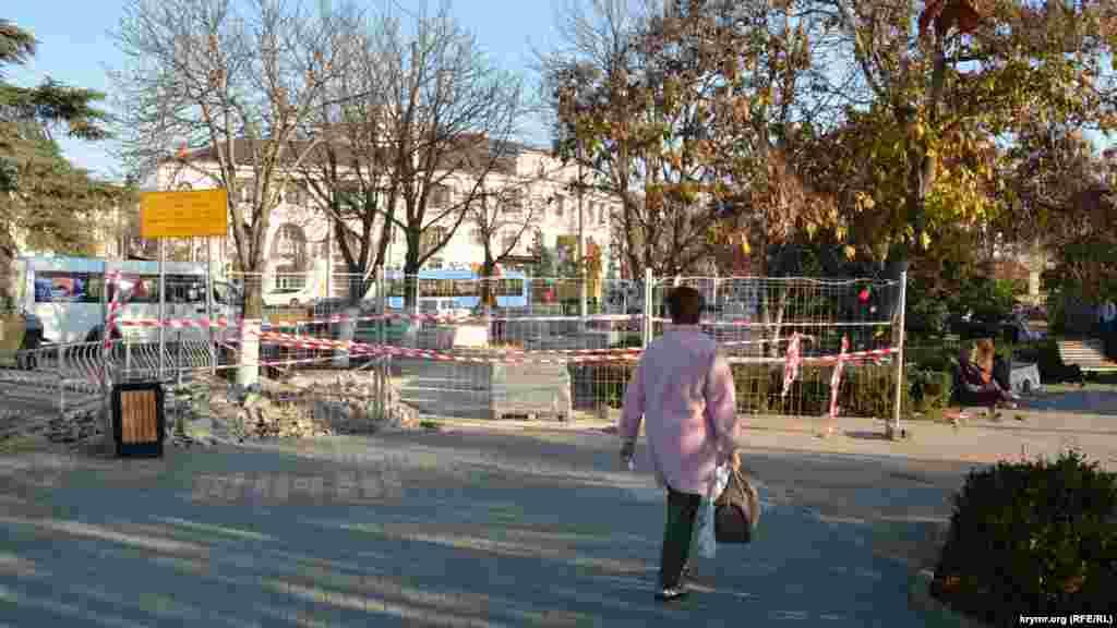 Перекритий будівельниками тротуар біля зупинки «Площа Ушакова». Табличка зліва попереджає, що рух вулицею Велика Морська – обмежено з 1 листопада 2019 року до 20 квітня 2020 року