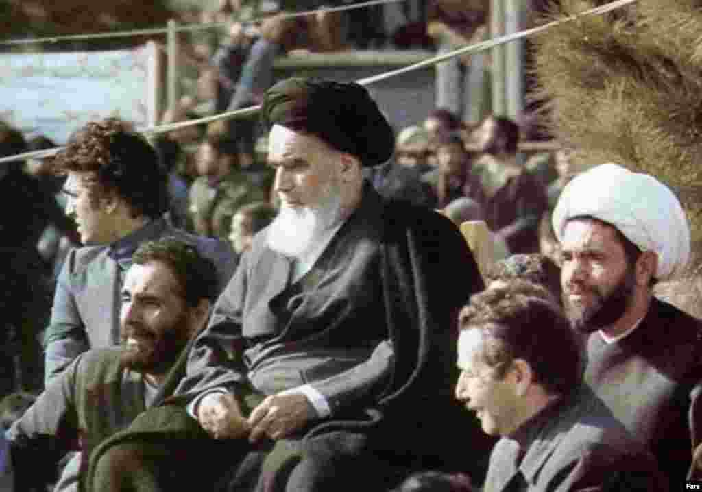 آیت الله خمینی در بهشت زهرا، سمت چپ آیت الله خمینی محمد مفتح و سمت راست او علی اکبر ناطق نوری نشستهاند.