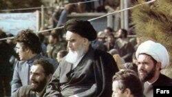 منتقدان آيت الله خمينی می گويند وعده های او در آغاز انقلاب هرگز تحقق نيافت.
