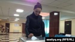 Голосование на избирательном участке в Алматы. 26 апреля 2015 года.