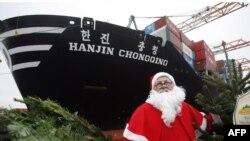 """Европейский Санта ездит не на тройке лошадей, как """"Дед Мороз"""", а на северных оленях... а иногда и на кораблях плавает. """"Он не спит в Рождественскую ночь. Подарки детям раздает... Земля-то огромная"""""""