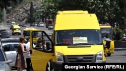 Включенный на полную мощность радиоприемник в тбилисских маршрутных такси - картина привычная