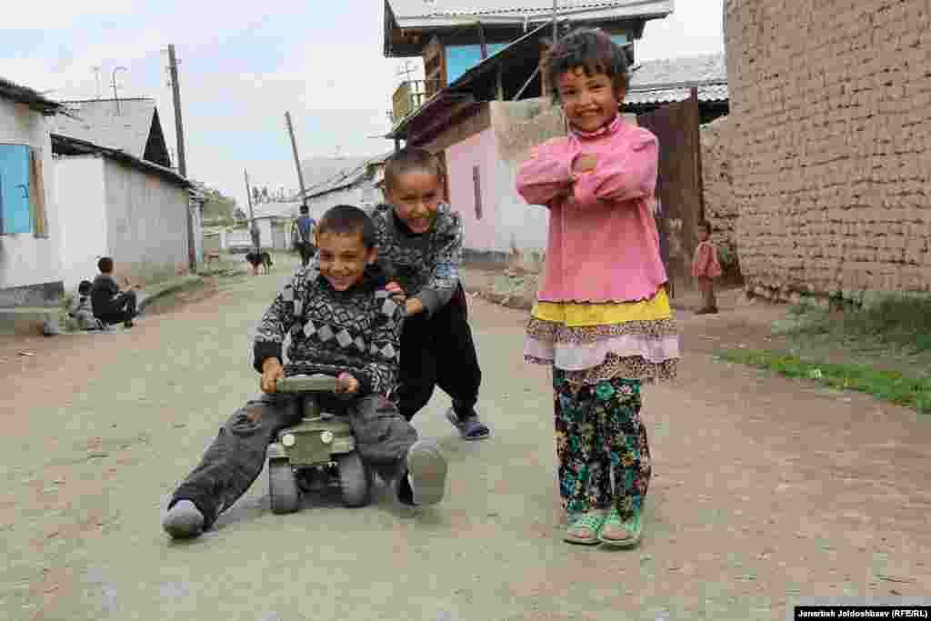 These Luli children live in a settlement outside Osh known as Jany-Kyshtak. The site was once a collective farm named after Vladimir Lenin.