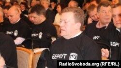 """Билікшіл """"Аймақтар партиясының"""" депутаттары """"Беркут"""" арнайы жасағының аты жазылған киім киіп отыр. Харьков, 30 қаңтар 2014 жыл."""