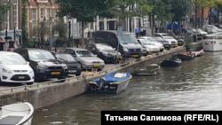 Жужа в Амстердаме, третья слева