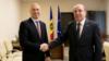 Premierul democrat Pavel Filip împreună cu ambasadorul Rusiei în R. Moldova, Oleg Vasnetov