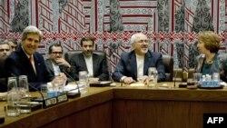 ԱՄՆ-ի պետքարտուղար Ջոն Քերրին, Իրանի արտգործնախարար Մոհամմադ Ջավադ Զարիֆը և Եվրամիության արտաքին գործերի և անվտանգության քաղաքականության հարցերով բարձր ներկայացուցիչ Քեթրին Էշթոնը ՄԱԿ-ի կենտրոնակայանում, Նյու Յորք, 26-ը սեպտեմբերի, 2013թ․