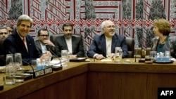 Джон Керри (слева), Кэтрин Эштон (справа) и представители Ирана ведут переговоры по ядерной программе страны. Нью-Йорк, 26 сентября 2013 года.