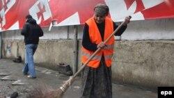 Все, кто устал ходить по Тбилиси, как по минному полю, ликуют: нечистоплотным собачникам, как и тем, кто не донесет до урны пустую бутылку, окурок и любой другой мелкий мусор, придется платить штраф
