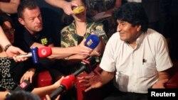 Ավստրիա - Էվո Մորալեսը ասուլիս է տալիս Վիեննայի օդանավակայանում, ուր չնախատեսված վայրէջք էր կատարել Բոլիվիայի նախագահի օդանավը, 3-ը հուլիսի, 2013թ․