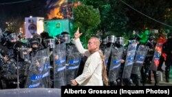 Colonelul Cătălin Paraschiv, dirijând forțele de intervenție specială ale Jandarmeriei la 10 august 2018, când protestele pașnice au fost înăbușite de forțele de ordine