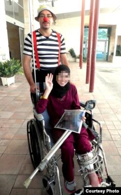 Клоуны, задача которых скрасить больничные будни пациентов, есть практически во всех больницах Израиля. На этом фото один из них позирует для фото с сирийской женщиной, перенесшей операцию и готовой к отправке обратно в Сирию
