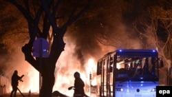 Zjarrëfikësit mundohen ta ndalin zjarrin, pas sulmit në Ankara, 17 shkurt 2016