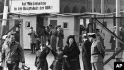 شهروندان ساکن برلین غربی در حال بازگشت به بخش غربی شهر در ۱۹۶۵