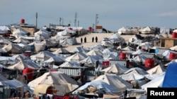 Un sfert din populația Siriei au ajuns refugiați interni. Aceștia au trebuit să fugă din zonele de conflict. Tabăra de refugiați interni al-Hol din provincia Hasaka este unul dintre locurile care găzduiesc refugiații interni.