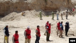 Searching for mines in Al-Basrah, in southern Iraq, in 2008