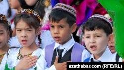 Türkmenistanda 1,712 sany orta mekdep bolup, olarda 1 million 40 müňden gowrak okuwçy okaýar.