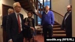 Бывший исполнительный директор компании Telia Ларс Нюберг (второй справа) и экс-финансовый директор и вице-президент Telia Теро Кивисаари (первый слева) в здании суда Стокгольма.