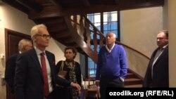 Lars Nyuberg(o'ngdan ikkinchi) va Tero Kivisari (o'ngdan birinchi) mahkama eshituvlari tanaffusida