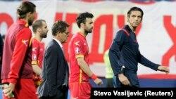 Игроки сборной Черногории и главный тренер сбрной России Фабио Капелло покидают поле стадиона в Подгорице