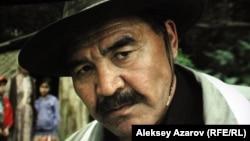 """Герой фильма """"Хозяева"""" Жуба, по сценарию - родственник главы сельской администрации."""