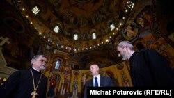 Milan Dunović (u sredini) u posjeti pravoslavnoj Crkvi Svetog Preobraženja, Sarajevo, 23. august 2016.