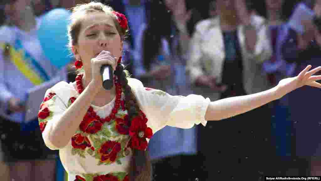 Учениця виконує пісню про Україну