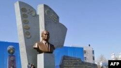 Памятник Исламу Каримову в городе Туркменабад