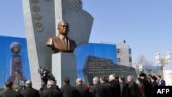 Бюст первого президента Узбекистана Ислама Каримова в Туркменабаде. 7 марта 2017 года.