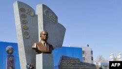 Памятник Исламу Каримову в Туркменабаде.