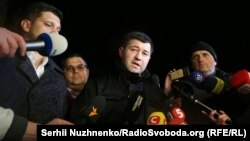 Roman Nasirov (center), the head of the State Fiscal Service of Ukraine, speaks to reporters after his release.