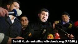 Роман Насіров під час розмови з журналістами біля Лук'янівського СІЗО