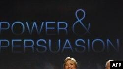 Вашингтон -- Мамлекеттик катчы Хиллари Клинтон жана Пентагондун башчысы Роберт Гейтс Жорж Вашингтон университетиндеги семинарда.