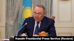 Нурсултан Назарбаев подписывает указ о сложении президентских полномочий с 20 марта 2019 года, Астана.