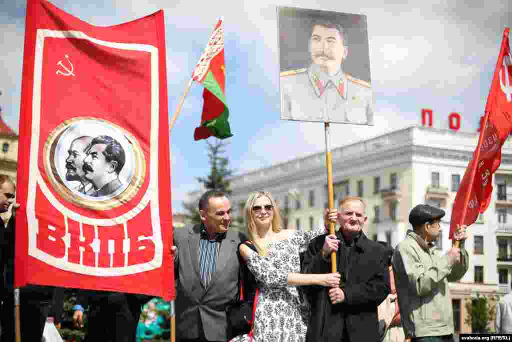 مردم در حال راهپیمایی در مینسک در بلاروس و حمل تصویر جوزف استالین