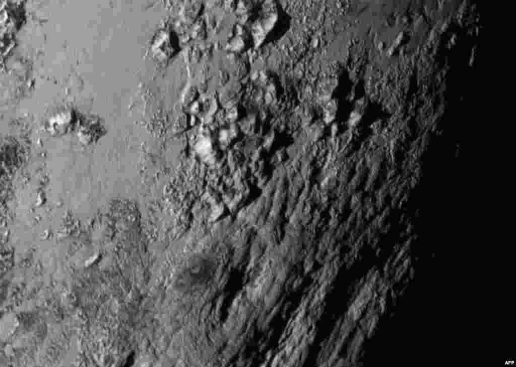 Плутон крупным планом. Ученые говорят о гигантском сюрпризе -- недалеко от экватора обнаружены молодые горы (не старше 100 миллионов лет, дети совсем) высотой до3 с половиной тысяч метров.