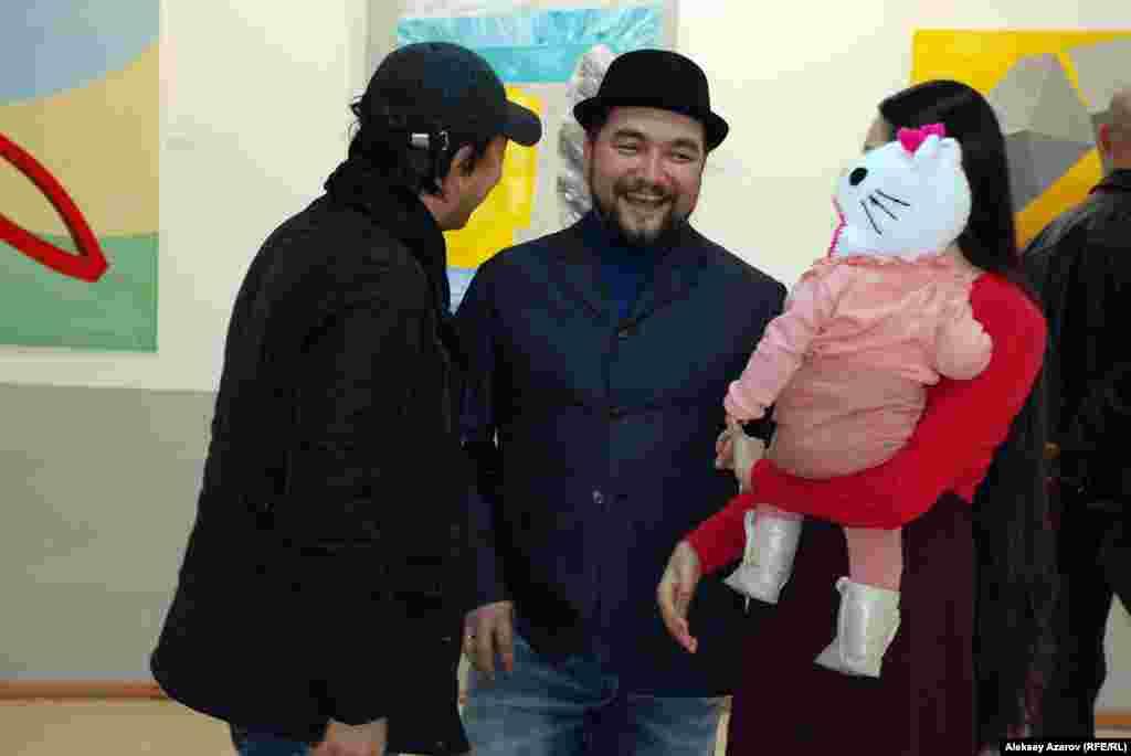 Художник современного искусства Серик Буксиков (в центре в шляпе) на выставке Вероники Кубиковой.