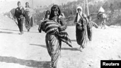 Հայոց ցեղասպանության ականատես` գերմանացի սպա Արմին Վեգների լուսանկարներից, որում պատկերված է հայկական տեղահանված ընտանիք