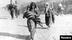 Армянская семья во время депортации в годы Геноцида армян. Фотография - немецкого офицера Армина Вегнера, задокументировавшего Геноцид армян
