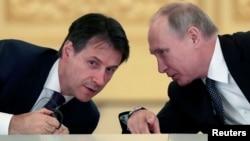 Президент России Владимир Путин (справа) и премьер-министр Италии Джузеппе Конте на встрече с итальянскими предпринимателями в Кремле. Москва, 24 октября 2018 года.