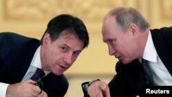 Италия премьер-министрі Джузеппе Конте мен Ресей президенті Владимир Путин. Мәскеу, 24 қазан 2018 жыл.
