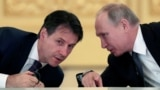 Italiýanyň premýer-ministri Giuseppe Konte (çepde) rus prezidenti Wladimir Putin bilen gepleşik geçirýär.
