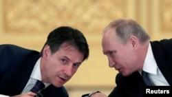 Prezident Vladimir Putin (sağda) və İtaliyanın baş naziri Giuseppe Conte Mokskva görüşü zamanı (2018)