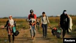 پناهجویان با پای پیاده خود را از صربستان به کرواسی میرسانند تا از آنجا به آلمان و شمال اروپا بروند.