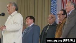 Представители казахской интеллигенции: Дулат Исабеков, Мухтар Шаханов, Турсынбек Какишев, Софы Сматаев, Советхан Габбасулы.