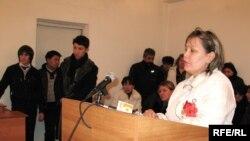 Борышкер Жайна Сұлтанова сотта жауап беріп тұр. Алматы, 20 ақпан, 2009 жыл
