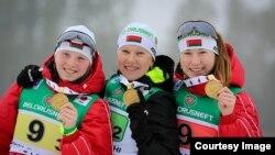 Динара Алимбекова (первая справа) вместе с коллегами по команде на церемонии награждения победителей чемпионата мира по биатлону среди юниоров. Раубичи, 22 февраля 2015 года.