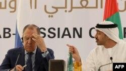 شیخ عبدالله بن زاید آل نهیان (راست) همراه با سرگئی لاوروفف وزیر امور خارجه روسیه.